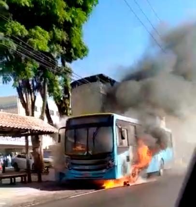 O ônibus pegando fogo no ponto (Foto de leitor)