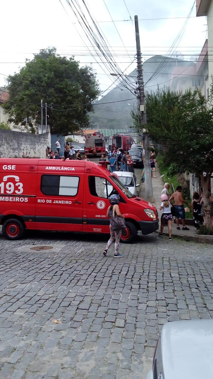 O incêndio na Vila Amélia mobilizou várias viaturas (Fotos de leitor)