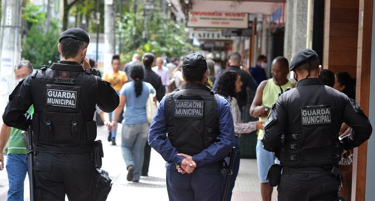 Guardas muncicipais nas ruas (Fotos: PMNF)