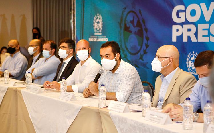 Os prefeitos reunidos com Claudio Castro (ao centro)