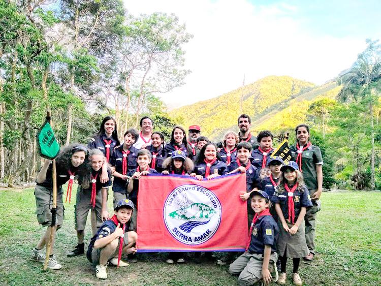 Pequenos escoteiros já com a bandeira do Serra Amar: segundo grupo de Nova Friburgo