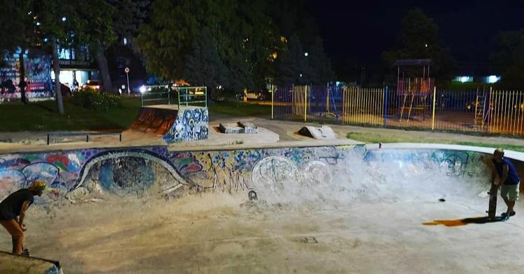 A pista de skate na Praça de Sant' Ana, no Cônego, teve a iluminação reforçada com a instalação de novos refletores