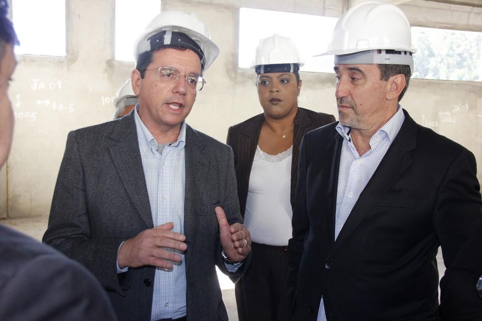 Na visita ao hospital, o ministro ouve as explicações do prefeito sobre as obras (Fotos: Daniel Marcus)