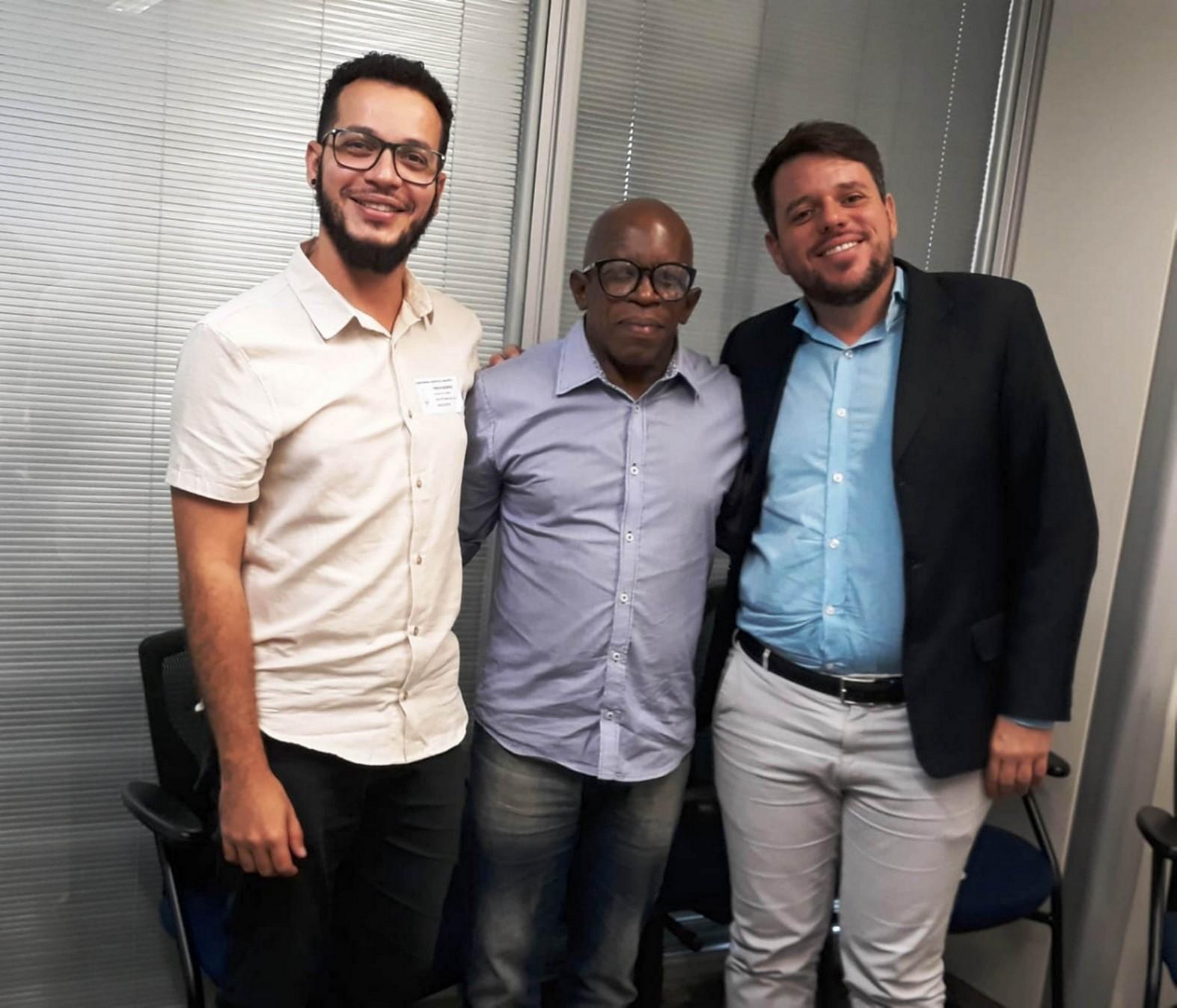 Zica Medeiros entre o gestor de economia criativa do estado Diogo Azevedo e o superintendente do projeto Cinema das Cidades Vinícius Oliveira