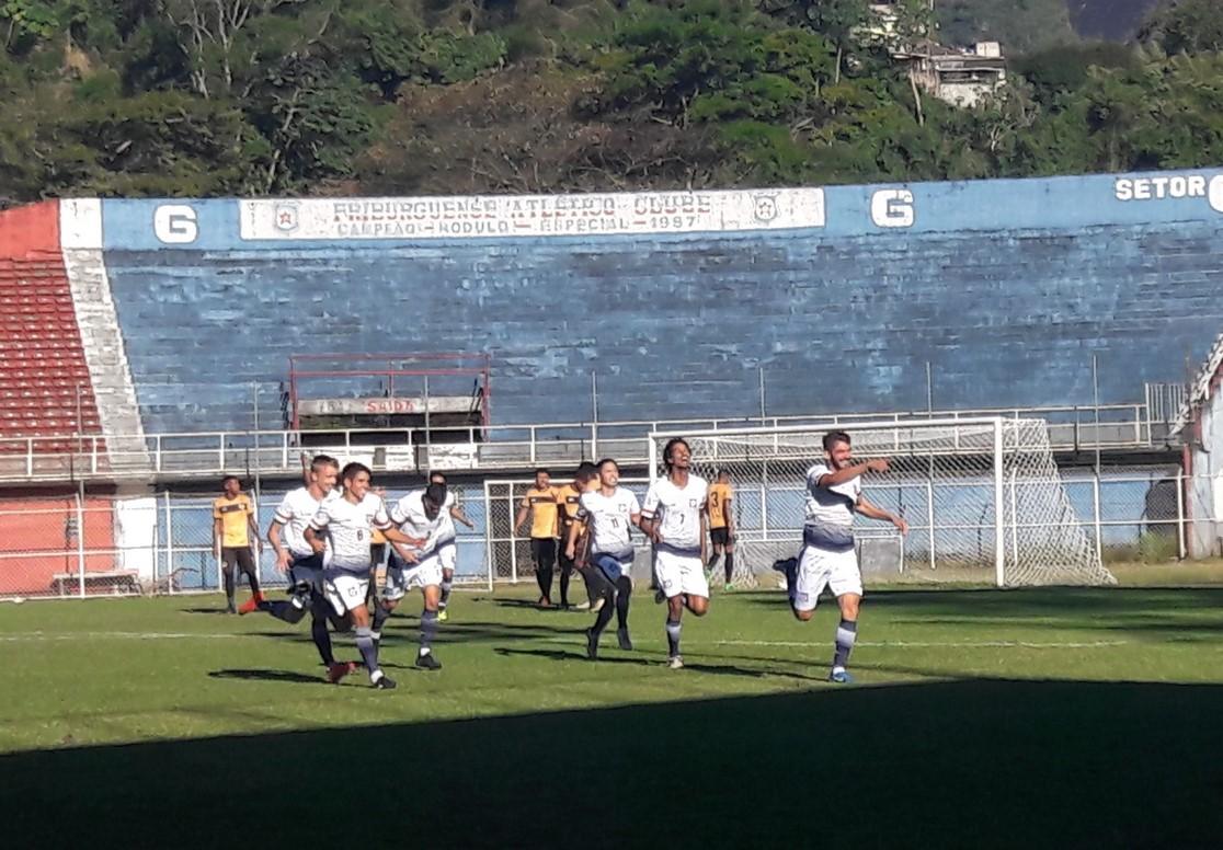 Bruno comemora o primeiro gol do Friburguense no Eduardo Guinle com os companheiros