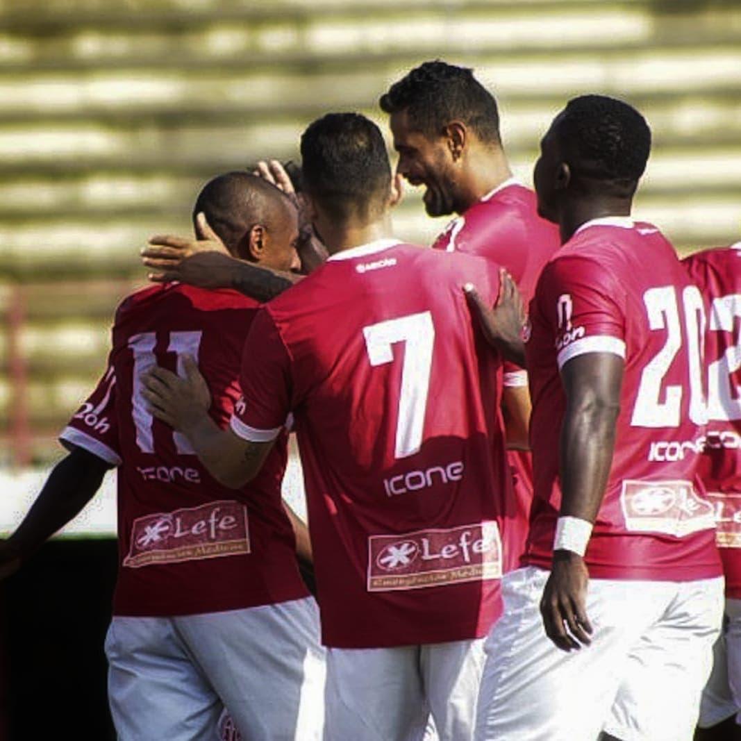 Jogadores do América comemoram o gol que abriu caminho para a vitória (Foto: Vinícius Lima/AFC)