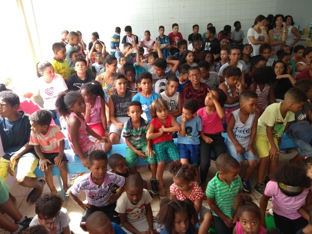 Crianças atentas aos ensinamentos e histórias de Marlon: visita ao colégio onde o atleta estudou