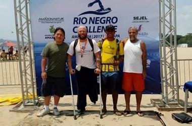 Nadador friburguense acompanhado dos amigos durante a viagem: objetivo é participar de prova internacional em 2018 (Arquivo pessoal)