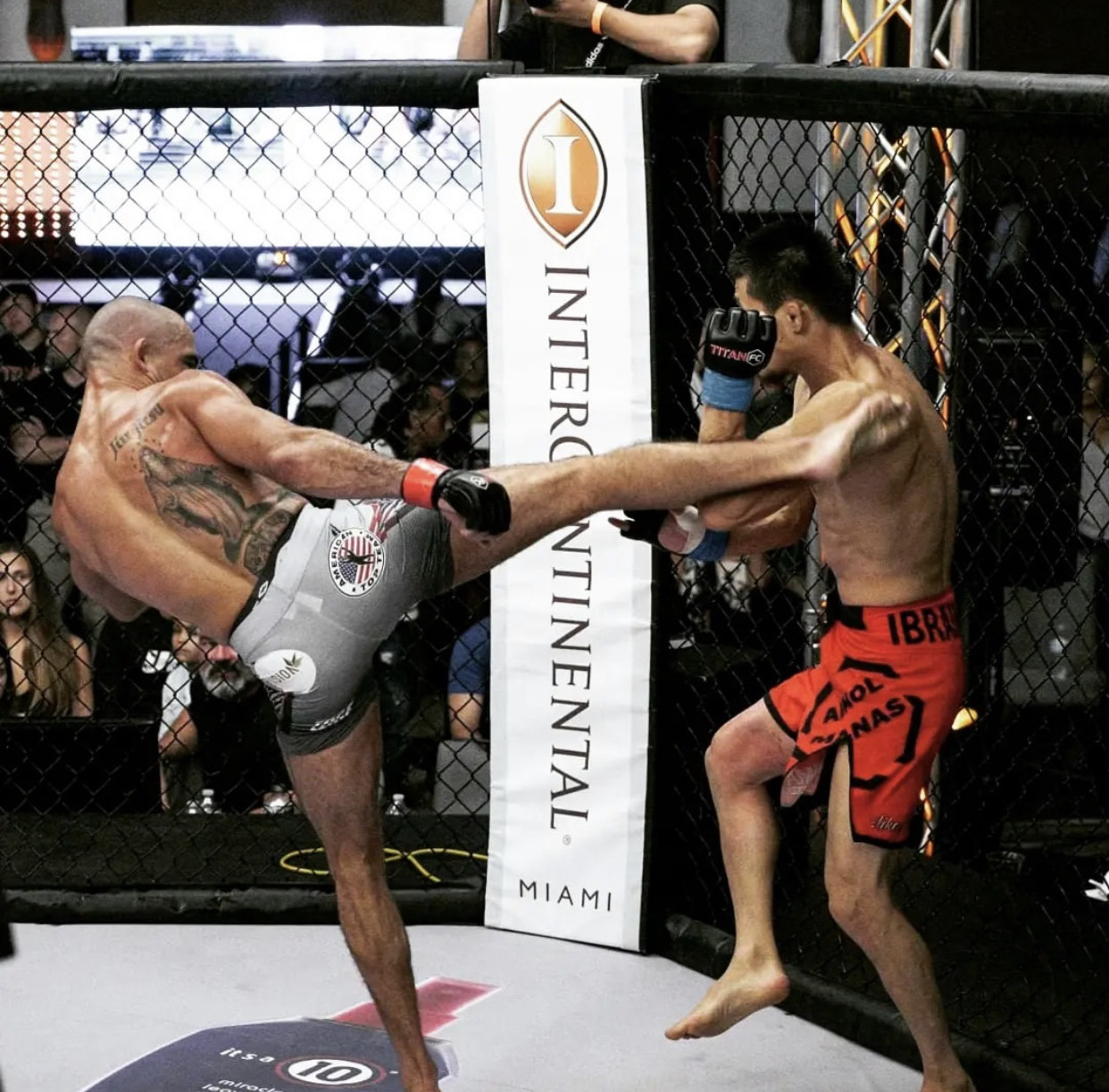 Victor Dias encaixa golpe certeiro no oponente: lutador domina luta e conquista a vitória no terceiro round