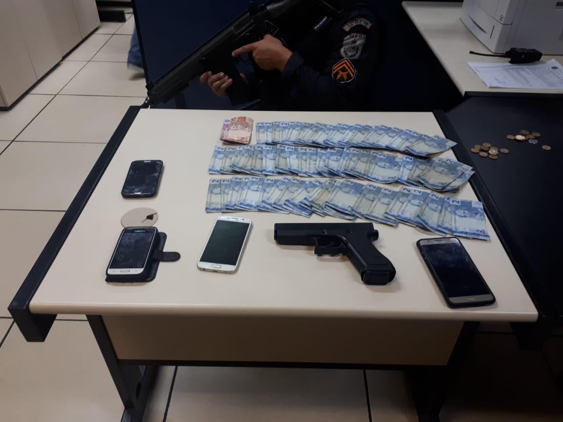 Celulares roubados, pistola de brinquedo e notas de R$ 2 encontrados com o detido (Foto: 11BPM)