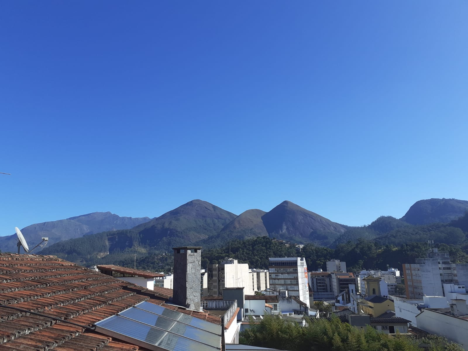O céu de Nova Friburgo no último sábado: sistema pré-frontal (Foto: Adriana Oliveira)