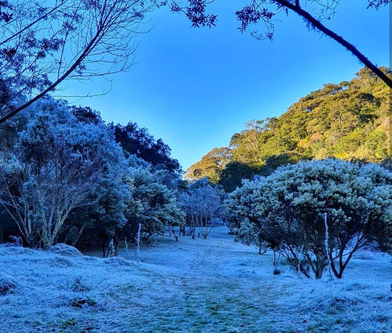 O Vale dos Deuses coberto de gelo na manhã desta terça (Foto do leitor Felipe Silveira)