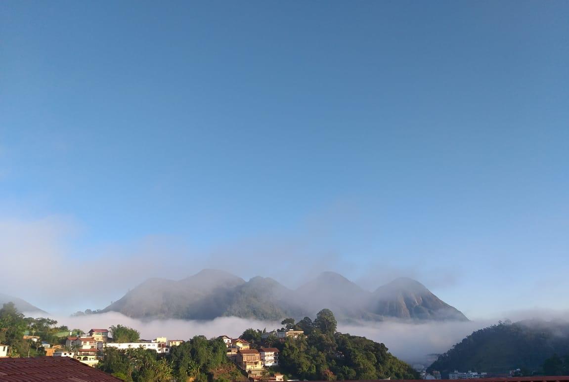 Neblina ao amanhecer em Nova Friburgo (Foto: Vera Barcellos)