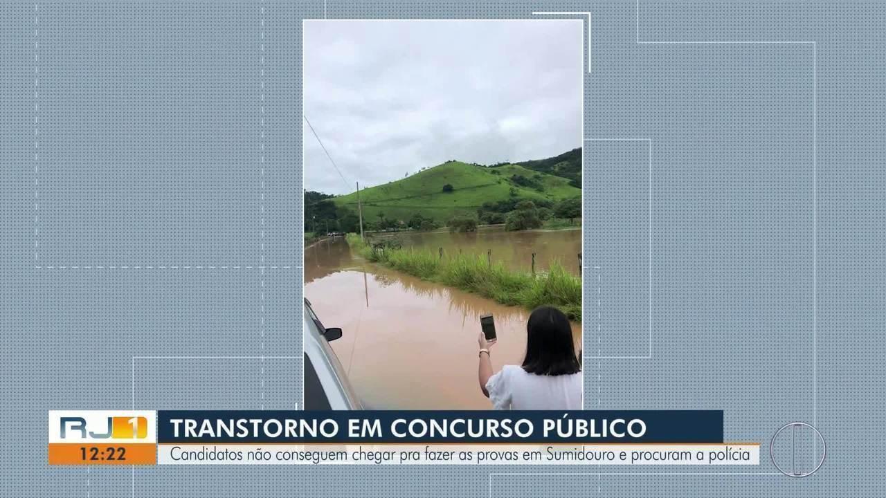 Candidatos tiram fotos da estrada alagada (Reprodução do RJTV, via G1)