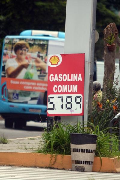 O preço exorbitamte do litro da gasolina nos postos da cidade (Fotos: Henrique Pinheiro)