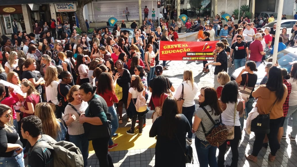Passeata em frente à prefeitura em setembro (Arquivo AVS/ Henrique Pinheiro)