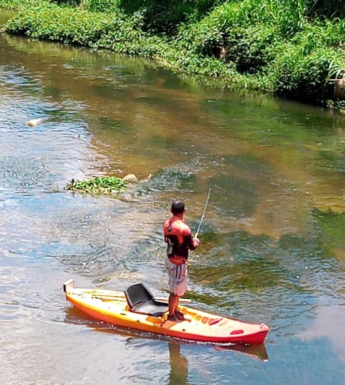 O homem com sua vara de pesca no Bengalas nesta sexta (Foto: João Paulo Mori)