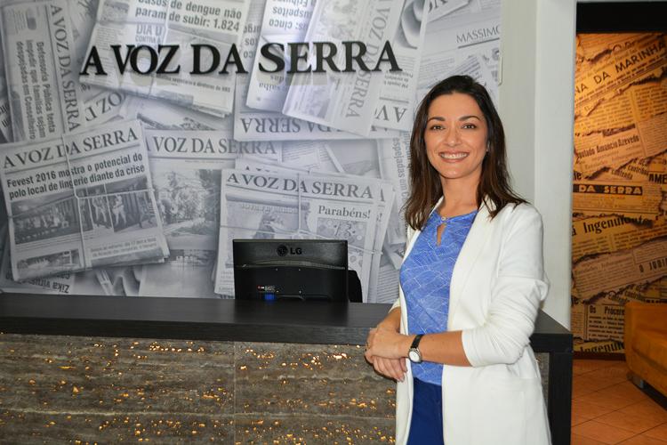 Ilona durante visita ao jornal A VOZ DA SERRA (Arquivo AVS)