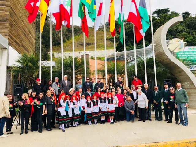 Autoridades, representantes das colônias de Friburgo e alunos e professores da Escola Municipal Iza Saippa Ranucci participaram do evento