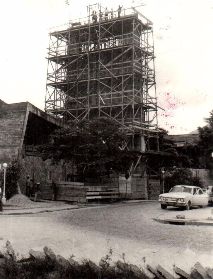 A concretagem da torre da igreja, em 1971 (Acervo do Memorial Monsenhor Mielli)
