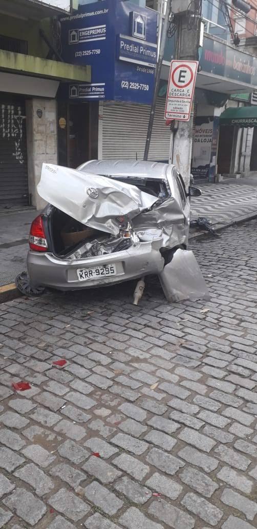 O carro destruído após a colisão (Foto: Wellington dos Santos Silva)