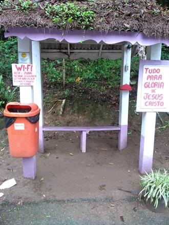 O ponto de ônibus enfeitado pelo morador (Foto de leitor)