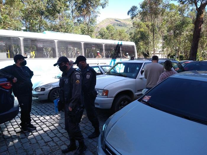 Os policiais na rua e a carreata (Fotos: Guilherme Alt)