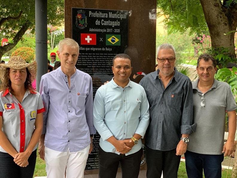 As autoridades junto ao monumento inaugurado (Divulgação)