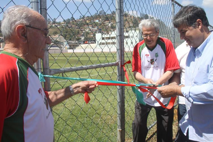 Festa de inauguração contou com solenidade, presença de autoridades e bola rolando