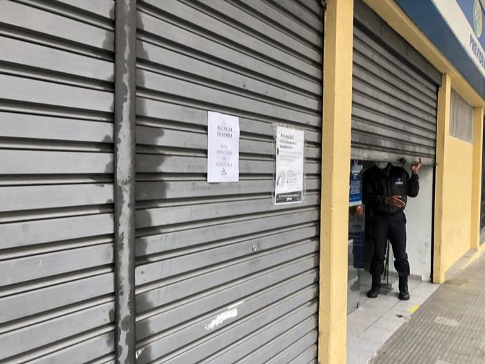 O INSS de Nova Friburgo com cartazes colados nas portas (Foto: Thiago Lima)