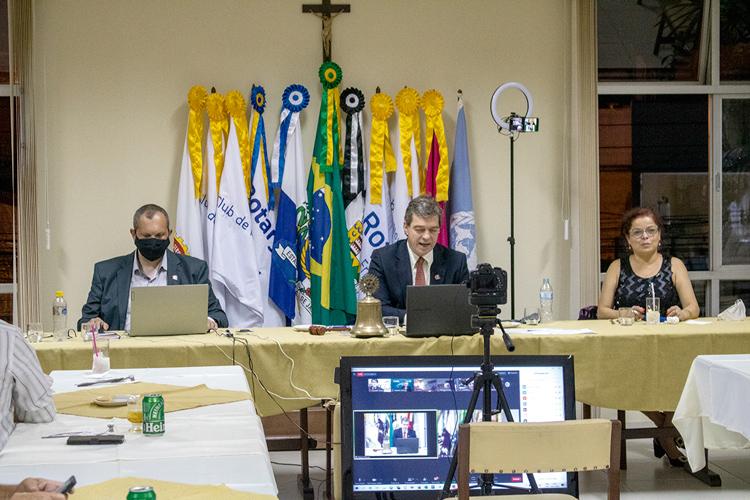 Na sessão comemorativa, a mesa comandada pelo presidente do Rotary, Antônio Carlos Celles Cordeiro, entre Ricardo Lemgruber e Rosângela Cassano (Fotos: Leo Arturius)