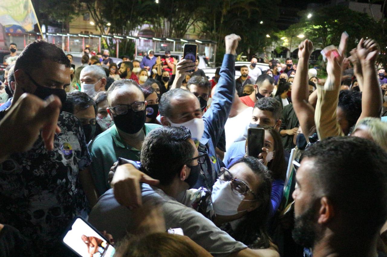 Johnny (de costas) abraça eleitores na festa da vitória (Foto: Claudio Copque)