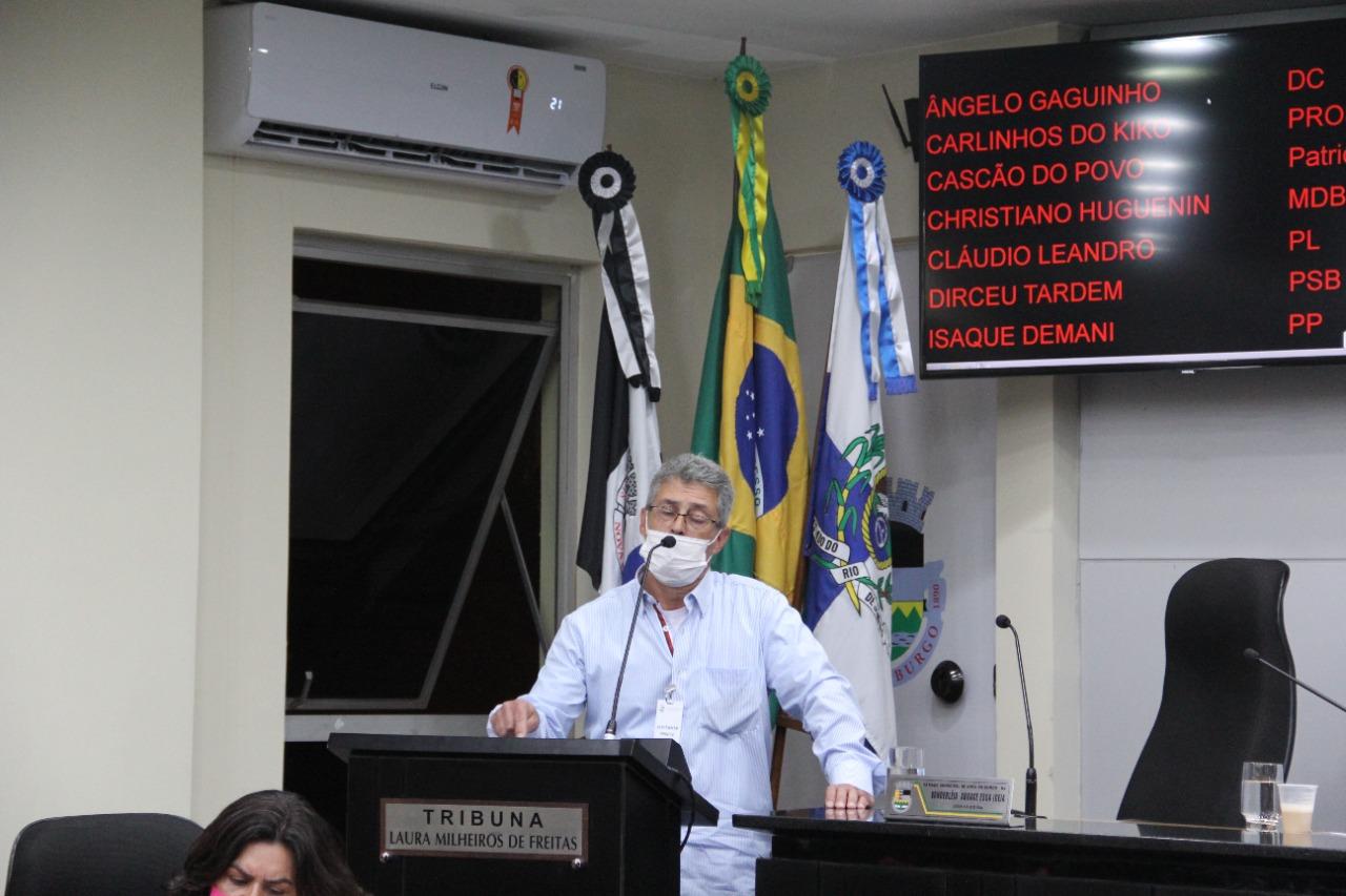 O médico do Hospital Raul Sertã José Cláudio Alonso fala na sessão (Fotos: Fernanda Guimarães)
