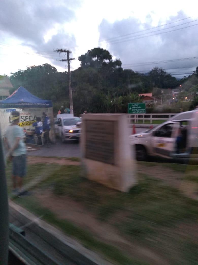 A operação sendo montada no trevo de Mury (Foto de leitor)