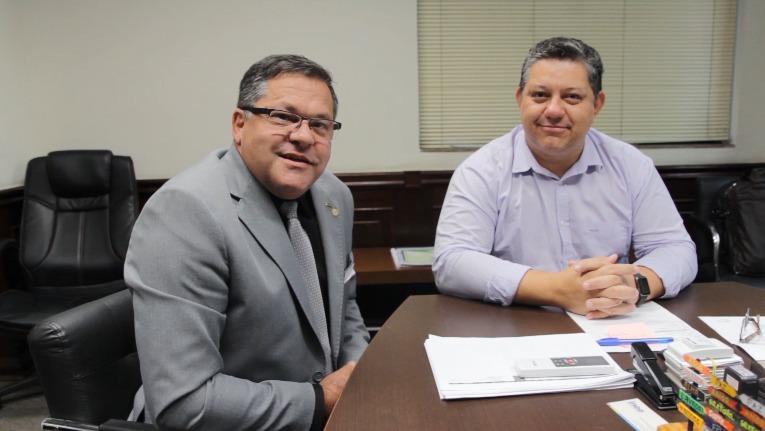 O presidente do Inea, Cláudio Dutra (à direita), é friburguense e aceitou o convite do deputado Sérgio Louback (Divulgação)
