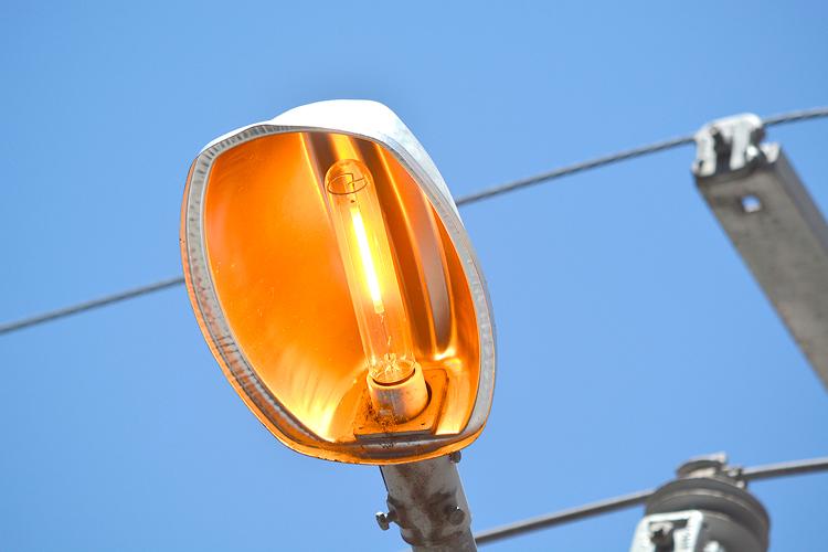 Poste com luz acesa em Friburgo de dia (Foto: Henrique Pinheiro)