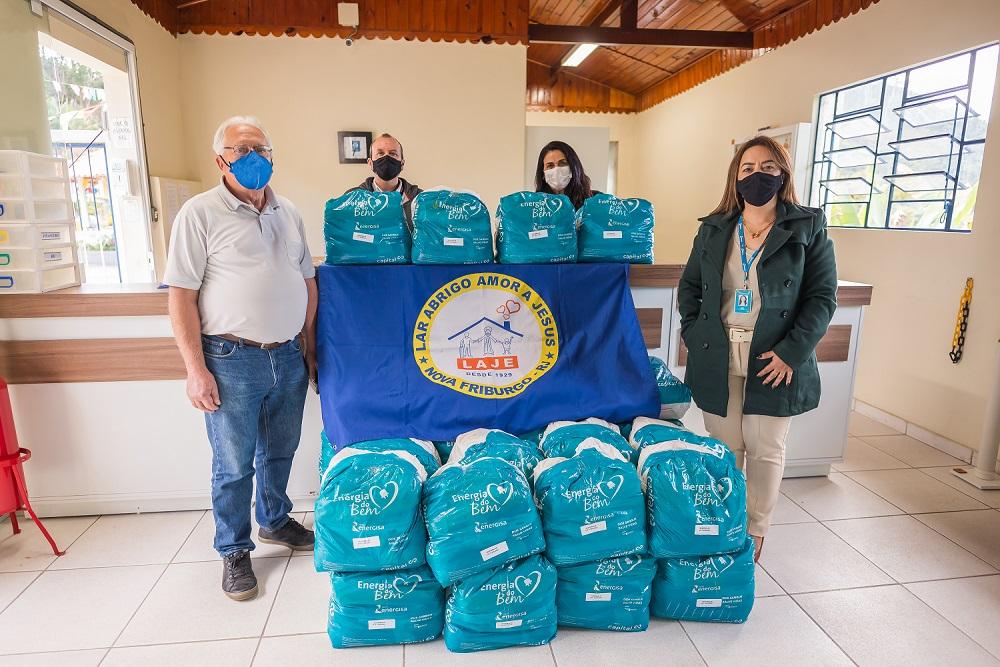 A entrega dos donativos ao Laje (Fotos: Carlos Mafort)