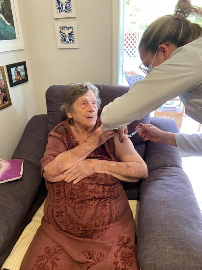 Cidades vizinhas saem na frente e já vacinam idosos até em casa