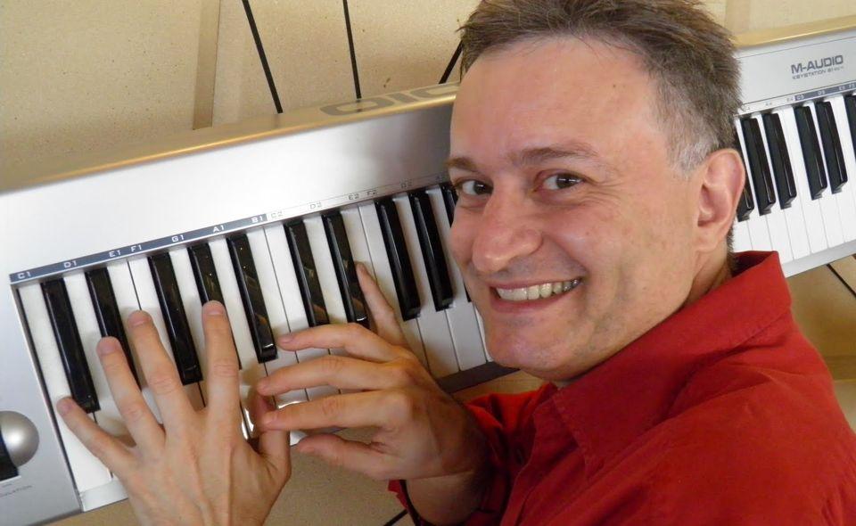 Marvio Ciribelli é a atração de show gratuito na sexta-feira 31 (Reprodução da web)