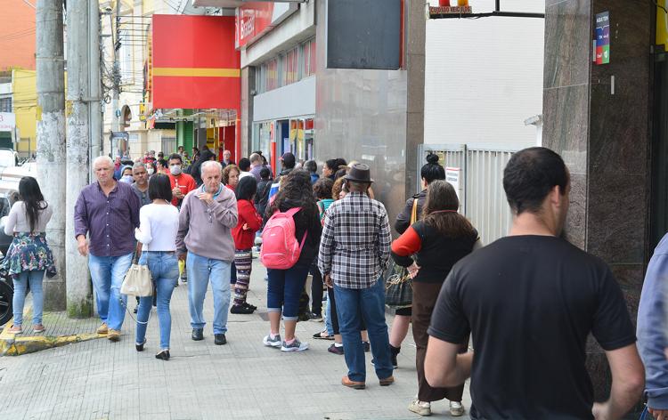 Movimento no Centro de Friburgo na manhã desta segunda (Fotos: Henrique Pinheiro)