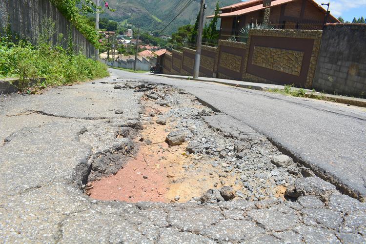 Um dos inúmeros buracos pela cidade (Arquivo Henrique Pinheiro)