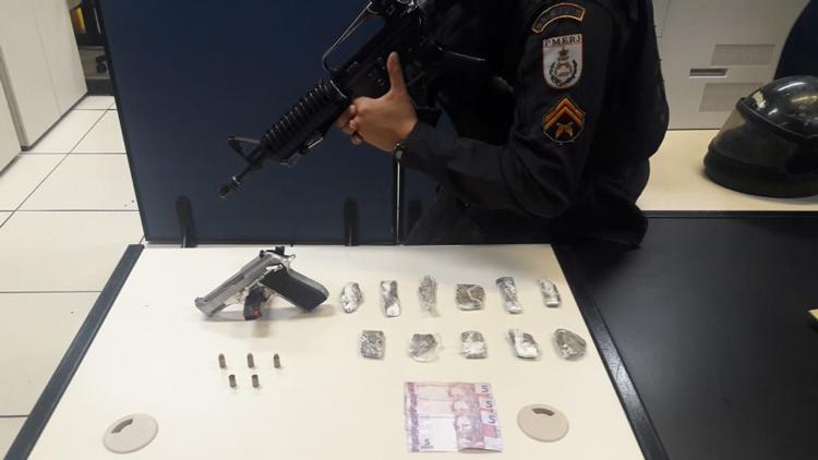 Material apreendido com suspeito morto em confronto com os policiais
