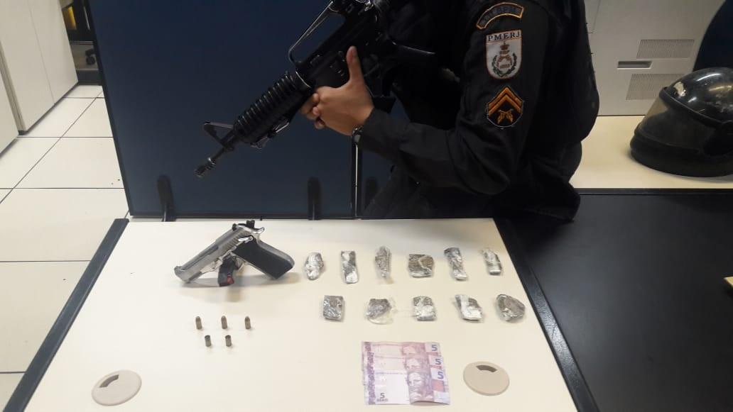A pistola 380 e as drogas arrecadadas com o jovem que morreu no confronto foram apresentadas pela PM na Delegacia Legal (Foto: 11 BPM)