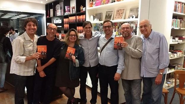 Mauro Ventura (ao centro) com jornalistas, entre eles seu pai, Zuenir (à direita) - Fotos de Marcelo Brandão