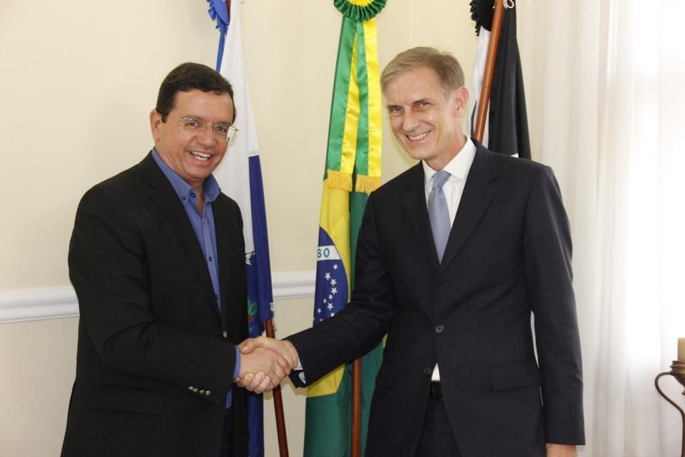 O cônsul Rudolf Wyss com o prefeito Renato Bravo em visita a Nova Friburgo (Arquivo AVS)