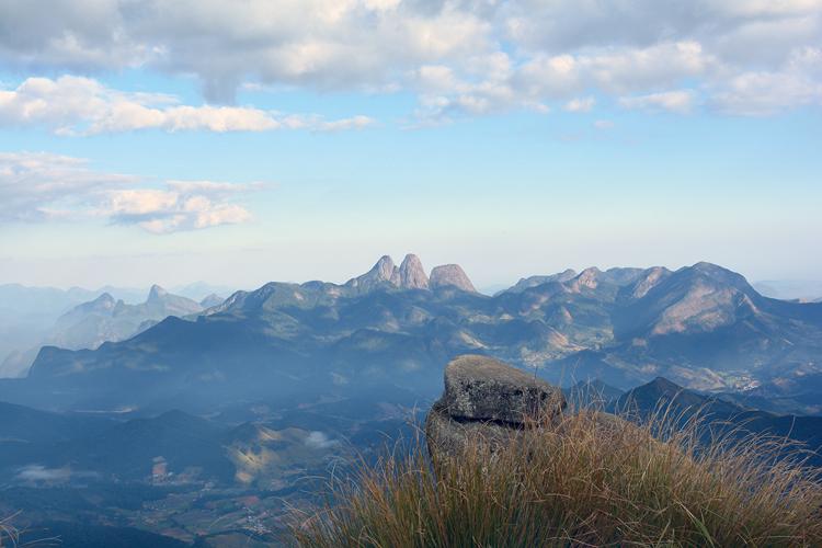 Os Três Picos vistos do Pico do Caledônia (Foto: Alan Andrade/ AVS)
