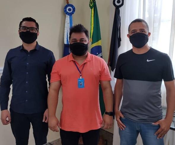Johnny, Rennan e o vice-prefeito Serginho (Reprodução da web)
