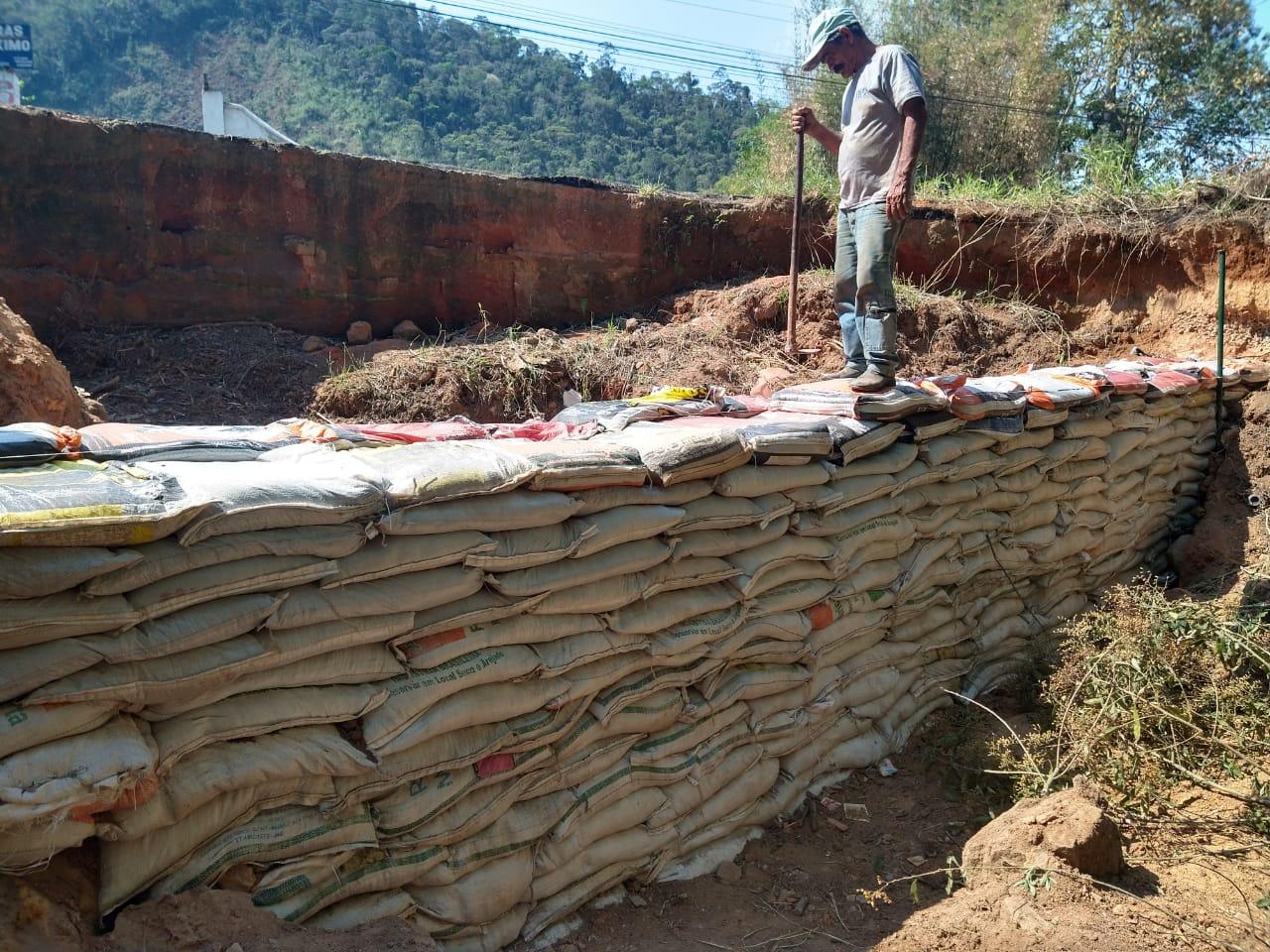 DER constrói muro de contenção na RJ-130, em Friburgo