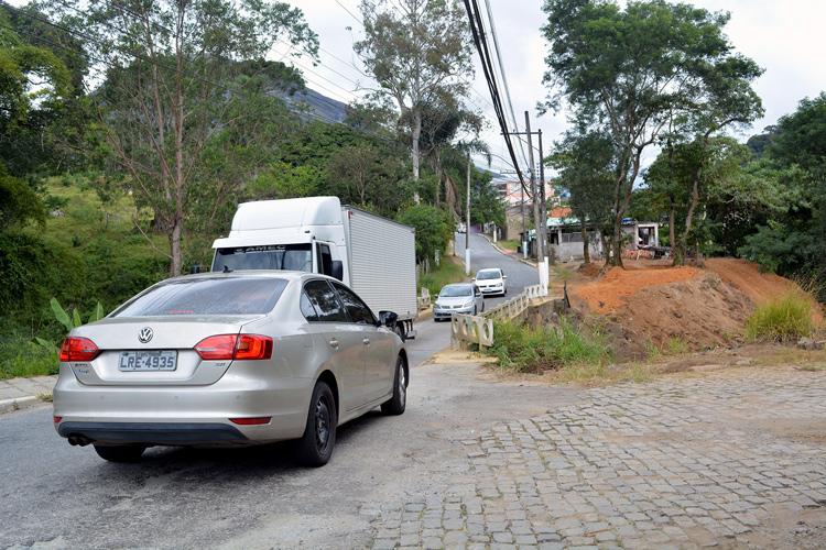 A ponte estreita de acesso ao bairro (Fotos: Henrique Pinheiro)