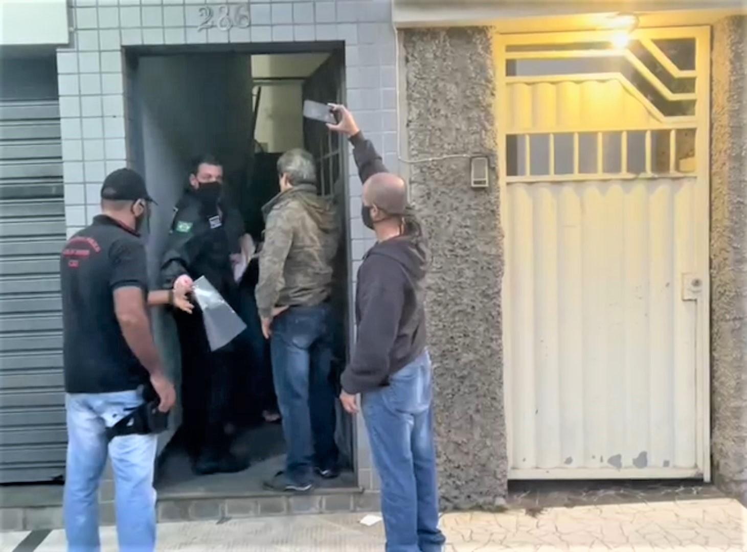 Os policiais cumprem mandado em um dos endereços (Divulgação MPE)